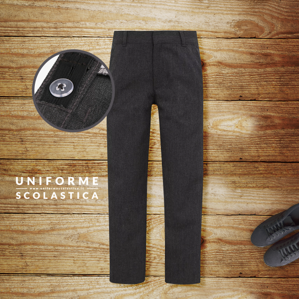Pantalone formale ragazzo grigio - Pantalone formale ragazzo di colore grigio adatto alla divisa scolastica. Si chiude con cerniera zip e gancetto. Due tasche anteriori.